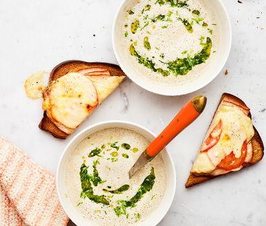 Vad är väl soppan utan sitt bröd? Varma mackor med kyckling, tomat och dijonsenap ger soppan en guldkant och passar fint ihop med en krämig svamp- och bönsoppa.
