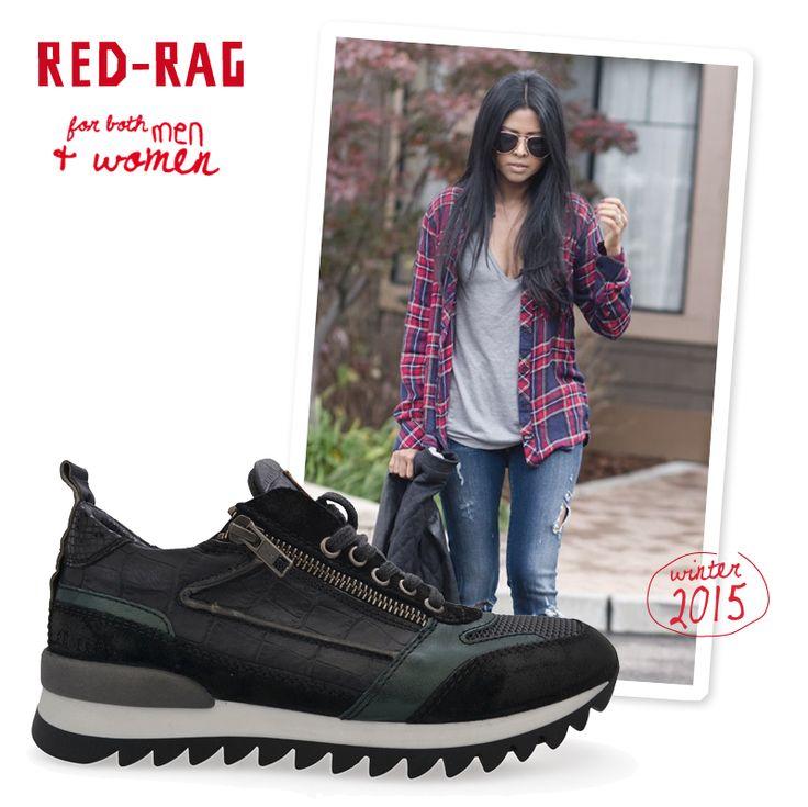 Casual style voor de vrouw: een gescheurde jeans, een eenvoudig shirtje en een oversized geruite hemd. Combineer deze outfit met heerlijke sneakers en je bent Hot and happening! www.red-rag.com