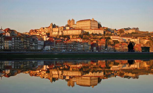 Troisième jour : Remontée du fleuve jusqu'à Pinhao avant de gagner le sanctuaire archéologique de la vallée du Côa. Matinée Une fois terminées les passionnantes visites du Museu do Douro et ...