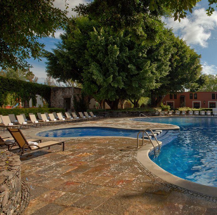 No existe mejor forma de pasar el día en #HaciendaJurica que disfrutando del sol y un refrescante cóctel junto a la alberca. ¿Te animas a comprobarlo?   #architecture #photo #relax #pool #hotel #Querétaro