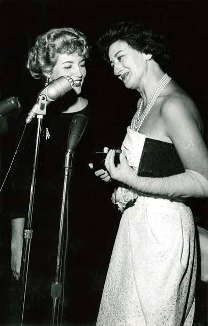 Eleita a melhor atriz do ano de 1958, pela Revista Radiolândia, Ida Gomes recebe o prêmio Microfone de Ouro. Fotógrafo não identificado. Cedoc-Funarte