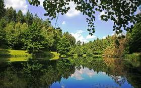 Still ruht der See. Die bedeutendsten Flüsse des Landes sind Fulda, Werra, Weser und Lahn aber auch der Rhein, Neckar und der Main fließen ein Stück durch hessische Landstriche. Der Edersee inmitten des Natur- und Nationalparks Kellerwald-Edersee, wo es auch einen tollen Baumkronenweg gibt, ist mit Abstand der größte See Hessens. Weitere wunderschöne Seen sind der Diemelsee und der Twistesee.