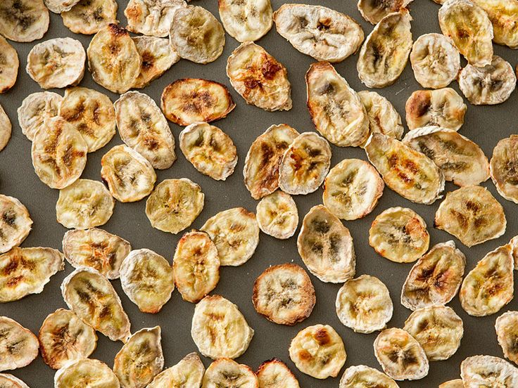 chips-de-banana-verde-na-mesa