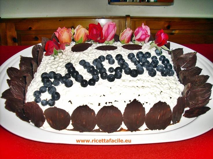 Torta di cioccolato con acini d'uva e foglie di rose al cioccolato