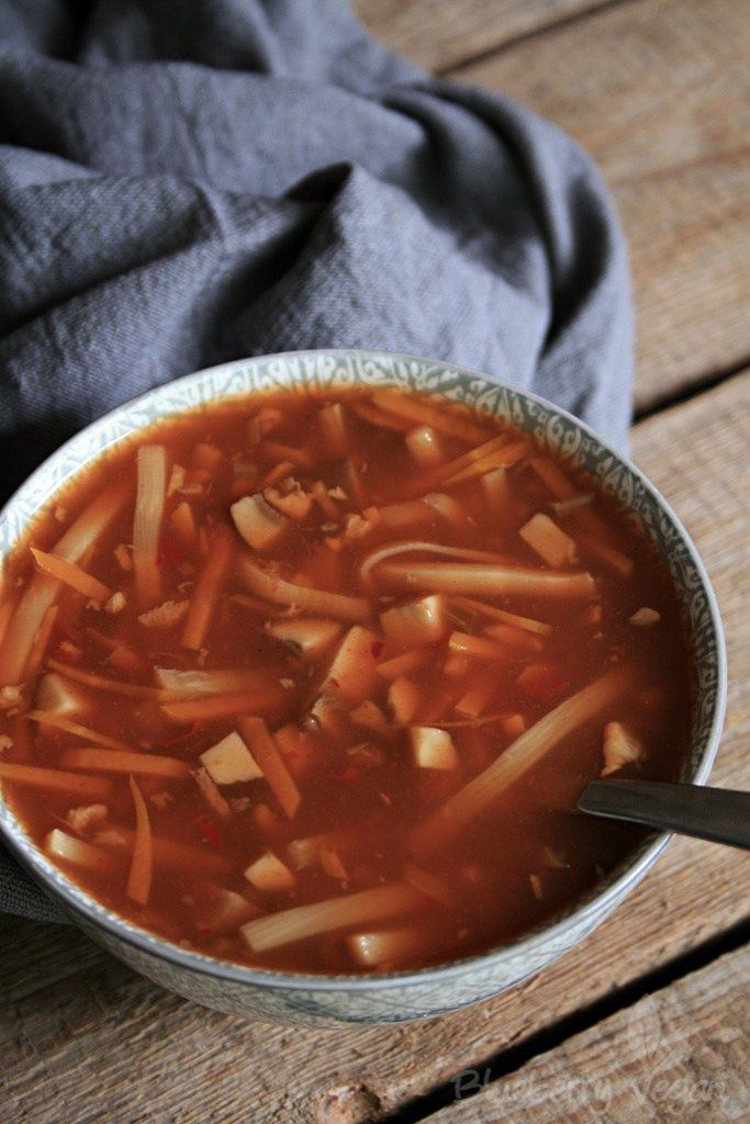 Sie ist eine der klassischen Vorspeisen, die es in chinesischen Restaurants gibt. Die Pekingsuppe, auch Sauer-Scharf-Suppe genannt, ist eine sogenannte Einlaufsuppe, das heißt, dass man verquirltes Ei in die heiße Suppe einlaufen lässt, welches dann stockt. Die Basis ist meist eine Rinder- oder Hühnerbrühe, in welcher ein Stück Hühnerbrust gekocht wird. Soweit so unvegan. Ich habe lange überlegt, wie ich das gestockte Ei ersetzen kann. Vielleicht mit Seidentofu oder mit Eiersatzpulver? Ich…