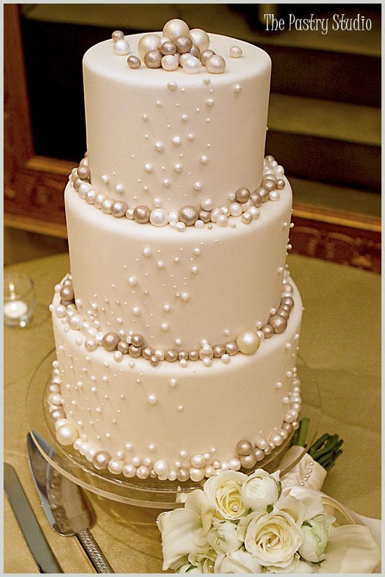 Pearls, pearls,on a wedding cake...what an idea!