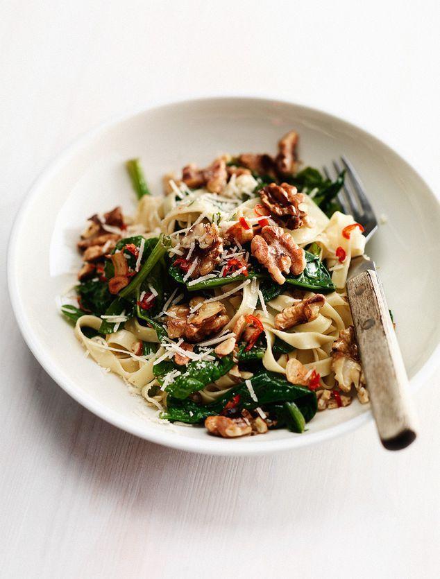 pasta met basilicum, spinazie en geroosterde walnoten | ZTRDG magazine