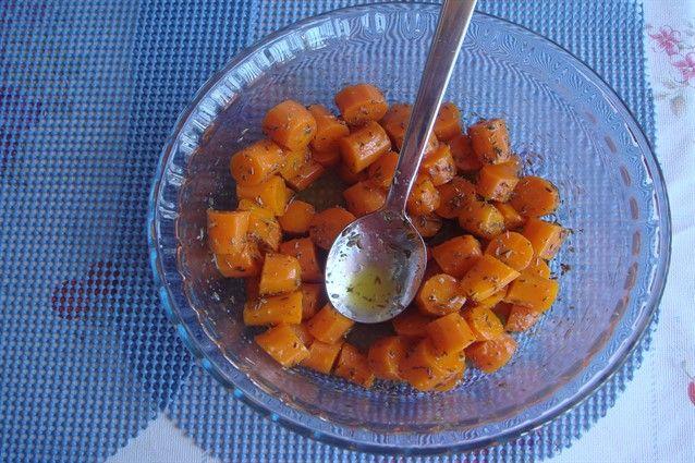 Le carote in padella sono un contorno semplice da preparare, veloce, saporito, che può accompagnare sia piatti di carne che di pesce.