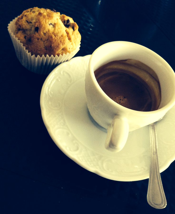 La sveglia  suona, suona quel tanto che basta per realizzare che non hai tempo di rigirarti e sonnecchiare. I minuti appena sveglio corrono in maniera sorprendete, sono molti a disposizione eppure così veloci. Quindi ti lavi, ti vesti, prendi il necessario per la tua giornata lavorativa... ma non senza una caffè, un caffè con qualche cosa di dolce per poter iniziare carico di energie... giusto il tempo per arrivare alla seconda colazione !