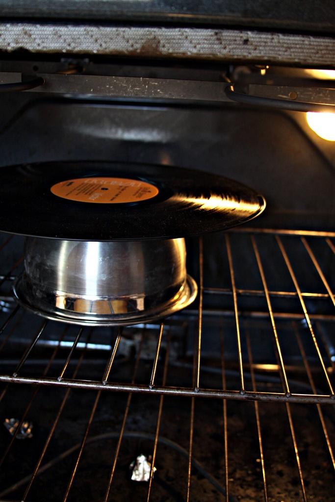 recycle LPs to a pretty bowl in any color  Recycleer LPs en maak er een mooie schaal van in kleur naar keuze  Återanvänd LP-skivor till fina skålar i den färg du tycker bäst om