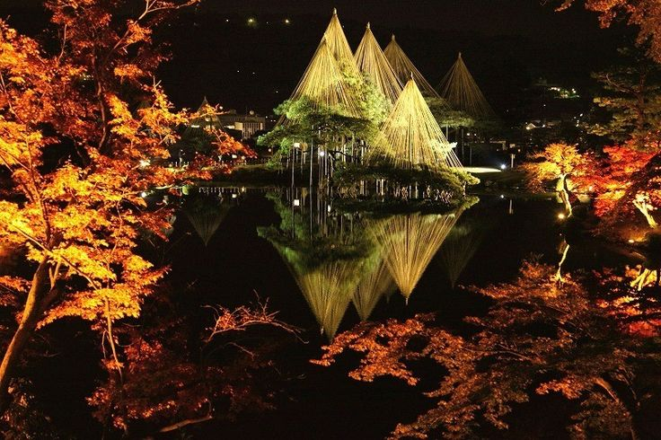 石川県金沢市にある「兼六園」。江戸時代に加賀100万石の前田氏が作り上げた、日本で3本の指に入る名庭園です。そんな兼六園、秋にはライトアップされてとても幻想的になるんです。