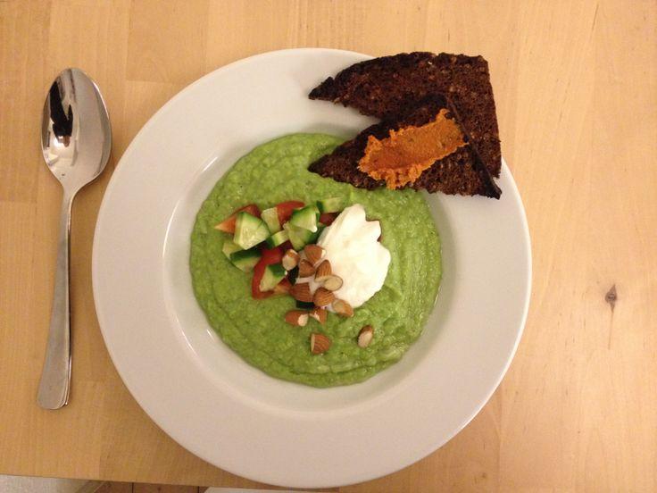 Kold agurkesuppe med ristede madler og frisk grønt med ristet rugbrød og hjemmelavet pesto