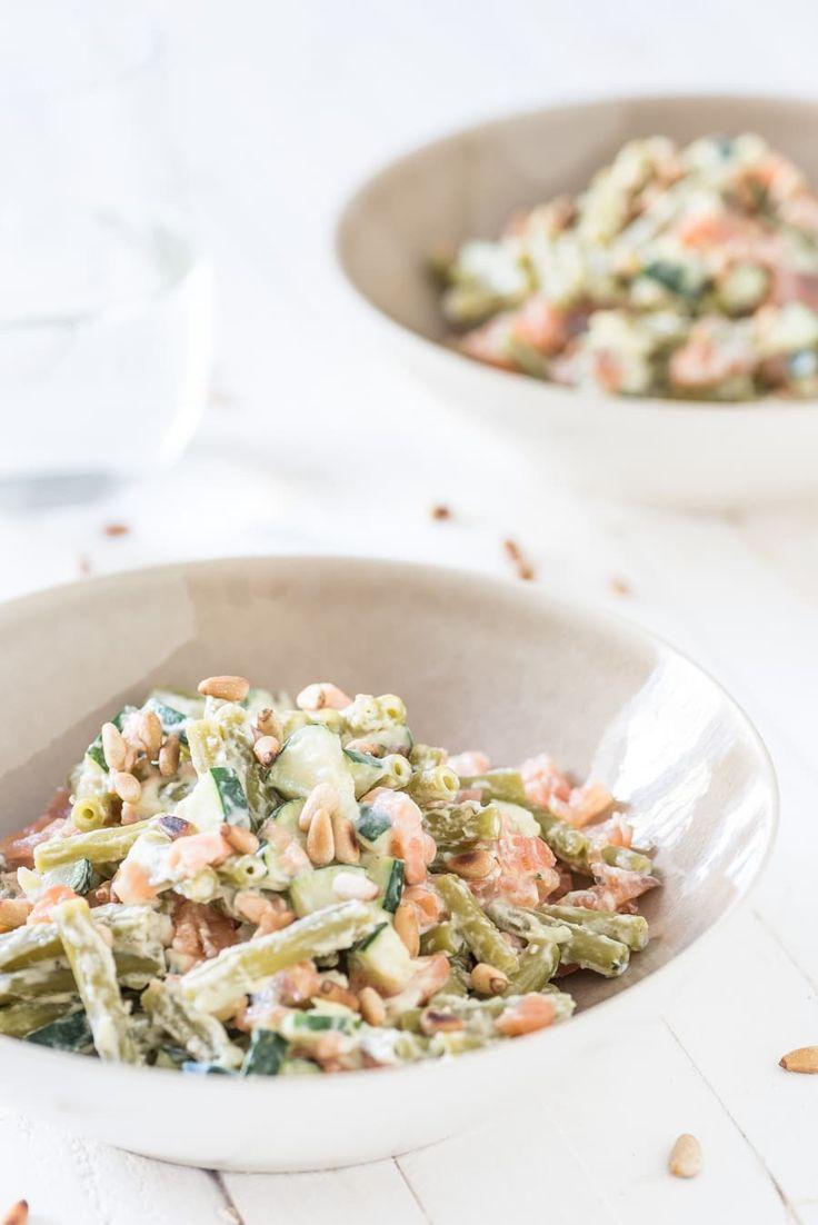 Pasta van groene erwten met zalm en courgette