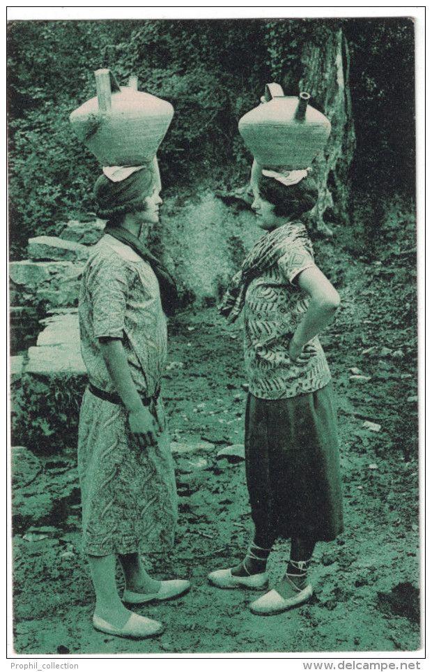Pyrenees Atlantiques 64 - PAYS BASQUE Causette à La Fontaine Entre 2 Femmes Porteuses D'eau Cruches Bearnaises - France