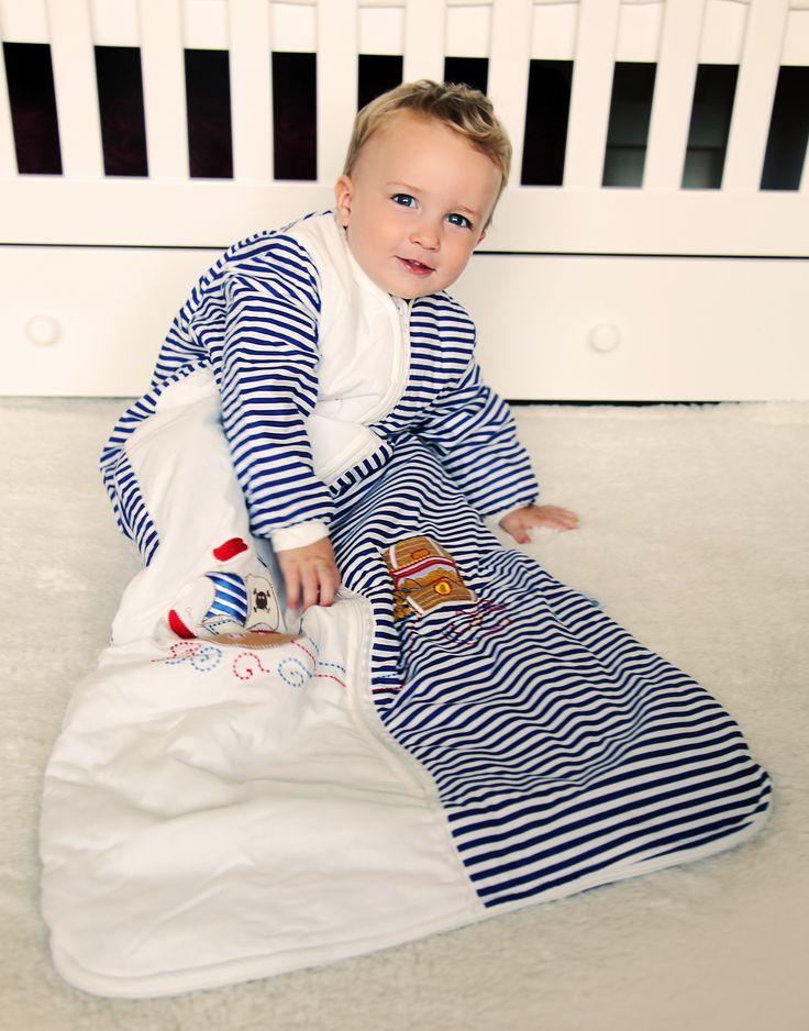 Der Schlummersack Kleinkinder Winterschlafsack Pirat mit langen Ärmeln ist warm gefüttert und perfekt für die kalte Jahreszeit geeignet. Hergestellt aus blau/weißem Baumwollstoff und schön bestickt mit Piratenmotiven.