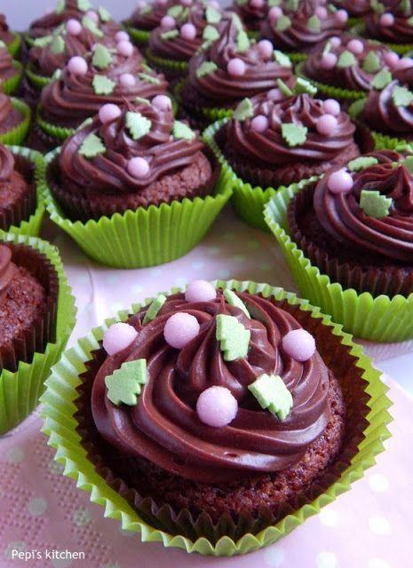 Καπ κεικς με κακάο, βύσσινο και γλάσο σοκολάτας http://pepiskitchen.blogspot.gr/2013/12/cupcakes-me-kakao-vyssino-kai-glaso-sokolatas.html
