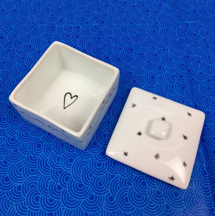 Scatola quadrata in ceramica bianca con coperchio dipinta a mano : Scatole, cofanetti di nigutindor