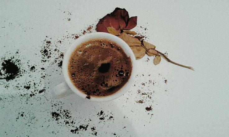 Mavi günler çiçek gibi ruhlarınıza çiçek gibi kahve getirmek istedim bu fotoğrafta şu dünya kadar kötülüklere de bi kahve uzatamaz miyiz ki ? Anlasmayi deneyemez miyiz? Sevmeyi,adaleti bu kadar yarım bırakmış olabilir miyiz ?  #kahve #türkkahvesi #coffee