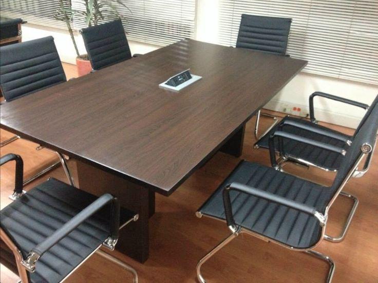 Grommet cher en mesa de juntas. Disponible en color gris y negro