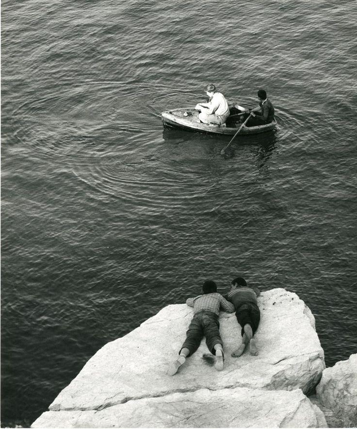 Ο φωτογράφος Wolf Suschitzky βρέθηκε στην Ελλάδα το 1960 και αποτύπωσε με το φακό του τον ελληνικό χώρο, τις ασχολίες και τις παραδόσεις που τον περιβάλλουν, λίγο πριν την αναπόφευκτη αλλοίωσή του. Οι φωτογραφίες αυτές αποτελούν συνεπώς, τόσο μια καταγραφή, όσο και μια νοσταλγική απεικόνιση μιας ξεχασμένης Ελλάδας.