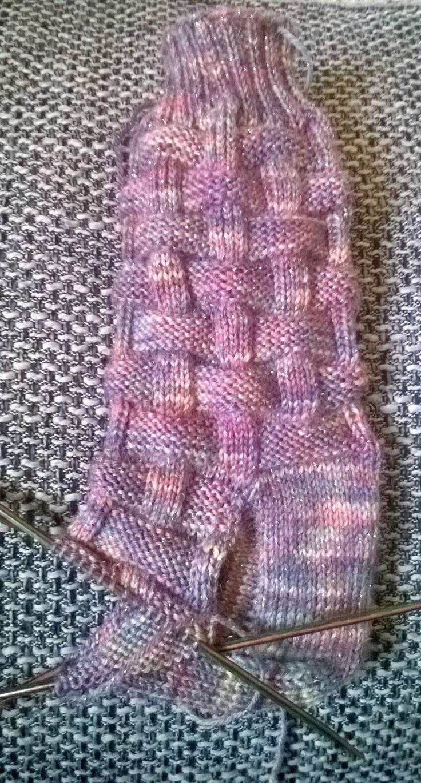 Socken mit Flechtmuster...i like               Muster findet ihr hier: http://www.ravelry.com/patterns/library/flechtmuster-2
