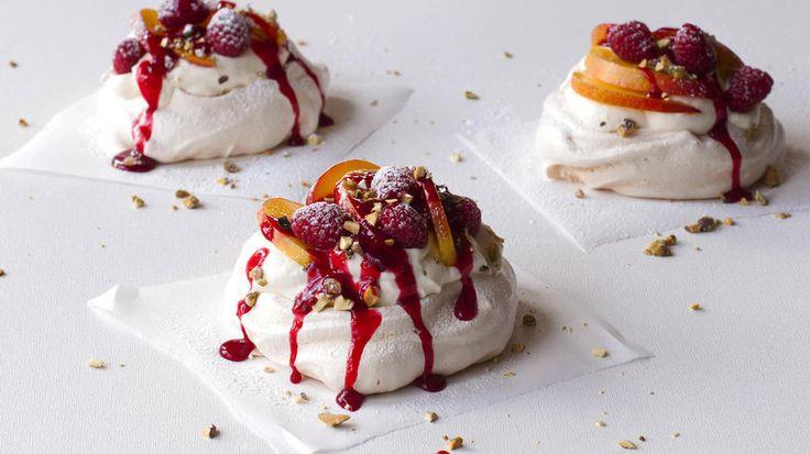 Minipavlova med bringebær, nektarin og bærsaus