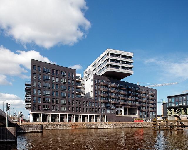 Conjunto residencial La Grande Cour, na Westerdokseiland, Amsterdam, Holanda. Projeto dos escritórios de arquitetura Meyer en Van Schooten Architecten BV, Heren 5 architecten BV  e de Architekten Cie. 2007