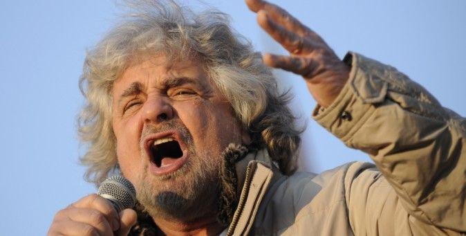 """Gli italiani non hanno capito. Due """"comici"""" hanno vinto le elezioni: Grillo e Berlusconi. Ora governano il populismo, le urla e le bugie. Il commento della Süddeutsche Zeitung.(Reuters/Giorgio Perottino)"""