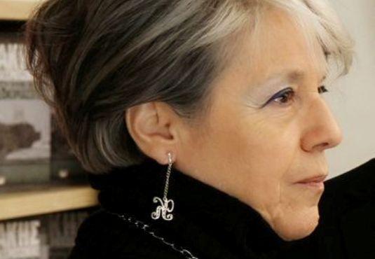 Έχει μεταφράσει κοντά 100 βιβλία -ανάμεσά τους  μυθιστορήματα του Πούλμαν, της Όουτς, του Σάβατζ, του Νταλ. Έχει τιμηθεί με πολλά βραβεία εδώ και στο εξωτερικό για τις μεταφράσεις της. Μα παράλληλα γράφει και τα δικά της έργα. Ο λόγος για την #Κώστια_Κοντολέων που μιλά στον Γιάννη Φαρσάρη. _______________________________ #translate #author #novel #book #vivlio http://fractalart.gr/kostia-kontoleon/