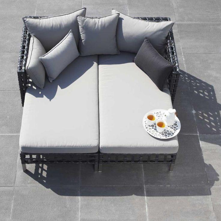 Flow är en serie loungemöbler för utomhusbruk från danska Cane-line som inbjuder till avslappnande stunder på terrassen. Skapad med tanke att ge volym för ögat men samtidigt med fokus på en lätt och elegant stil som sätter ramen för ett avslappnat liv. Flow består av en rad moduler som sätts samman för att skapa den möbel eller grupp som passar bäst för just ert behov.Cane-Line Weave är ett fiber gjort av färgat och slitstarkt polyethylene. Det är idealiskt för utomhusbruk i alla olika…