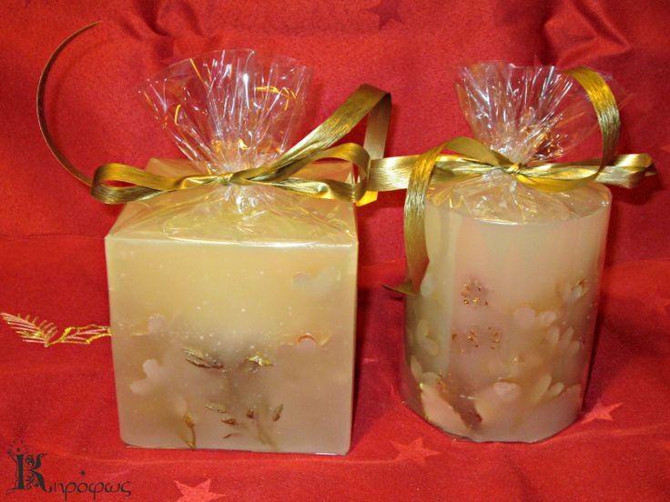 Τετράγωνο και στρογγυλό χριστουγεννιάτικο κερί. Είναι χειροποίητα με άρωμα αχλάδι.