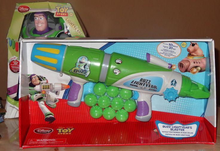 Arma Blaster de Buzz Lightyear. Longitud del arma : 44 cm. Incluye 10 pelotas de espuma que se pueden lanzar mas de 6 mts