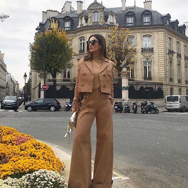 Bonjour 🍂Um dia lindo para todos vocês 🙌🏻 A bota vermelho que vocês adoraram da outra foto (aqui dá para ver a pontinha❤️) é @luizabarcelos e o look @skazioficial #paris #ootd