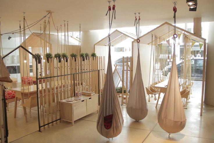 Le café de Chambre d'amusement de Fiii par Íris Cantante comporte les sièges en bois d'oscillation - Buenos Aires, Argentina