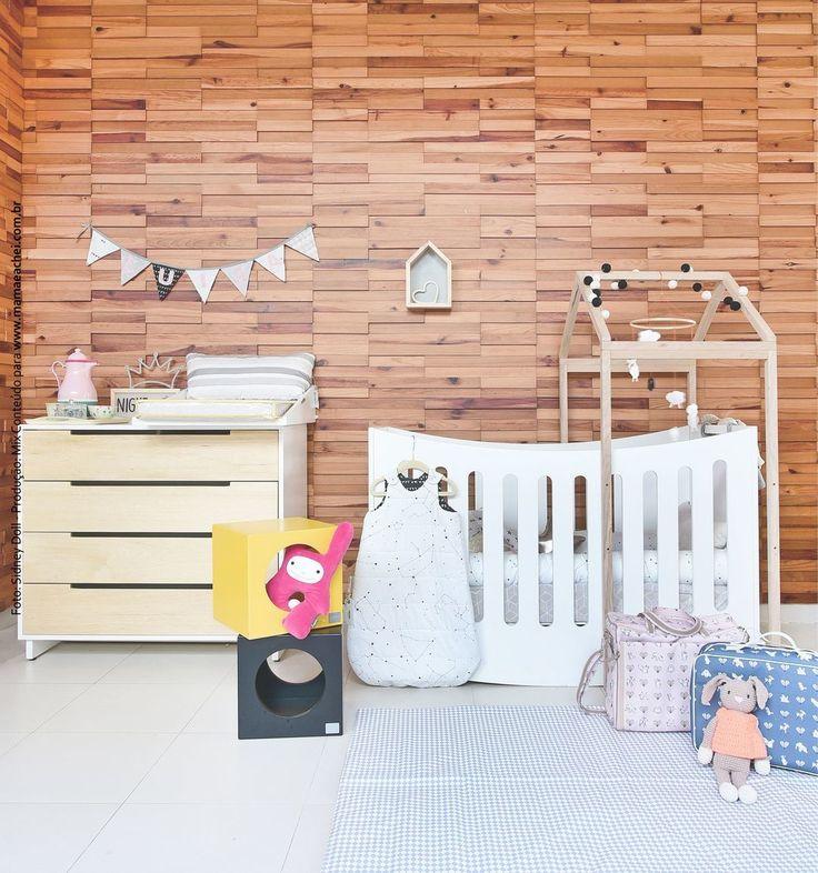 Um quarto de bebê cheio de fofurices com uma mobília prática, linda e moderna da @bodododesign e o enxoval vem por conta da @minhapessoinha com tapete e bolsas da @petit4youdesignforkids #amamos demais!😍    Você encontra tudo aqui no www.mamaeachei.com.br😉    Foto: Sidney Doll para @mamaeachei  Produção: Fernanda Emmerick @revistamamaeachei    #decoração #quartodebebê #babyroom #room #decora #interiores #designdeinteriores #maladematernidade #Rice