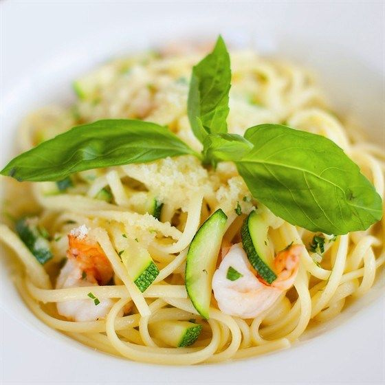 Спагетти с креветками и цукини