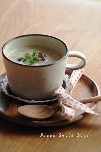 """秋冬に美味しくなる根菜類。  ゴボウとキノコ入りのスープ。 ミルクでコクを、ジャガイモでトロミをつけています。  初夏に出回るのは""""新ゴボウ""""ですが、一般的にゴボウは秋から冬が旬。独特の芳香と滋味深い味は、ゴボウならでは。  食物繊維豊富なゴボウは、血糖値を安定させ、腸内のビフィズス菌を育てます。美味しく食べて、腸内を健康に保ちましょう。"""