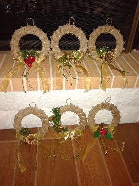 Χειροποίητα χριστουγεννιάτικα στεφανάκια φτιαγμένα απο χαρτόνι, λινάτσα και διάφορα διακοσμητικά.