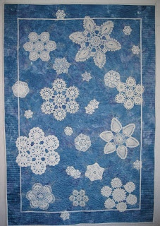Doily quilt - snowflakes. How cool is that ! An ingenious idea