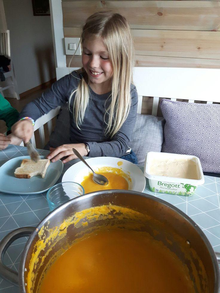 Vi gjorde en superenkel soppa idag som barnen älskade så här ska dokumenteras! :) 1 liten lök 8 stora grovrivna morötter 3 grovrivna palsternackor 1 1/2 l vatten 3 grönsaksbuljongtärningar 1 …