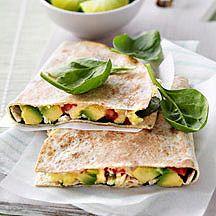 Tortilla met geroosterde kip, avocado en kaas