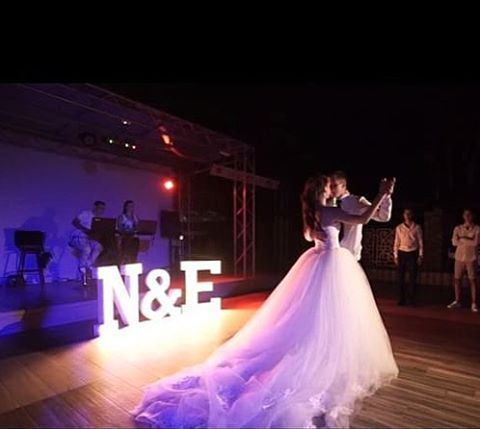 126 отметок «Нравится», 3 комментариев — 💡 БУКВЫ С ЛАМПОЧКАМИ (@novolights) в Instagram: «Инициалы молодоженов для самого особенного дня💞 • • •  #novolights #novolights_wed #буквынасвадьбу…»