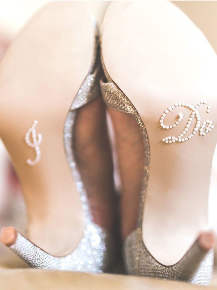 Das Geldsammeln für den Brautschuh ist auch noch heute weit verbreitet. Der Schuh muss von der Braut selbst bezahlt werden, so der Aberglaube, sonst bringt es Unglück. Wenn die Braut dann auch noch ein Cent Stück in ihren Schuh legt, dann soll das Reichtum bringen... Ein bisschen unbequem stellen wir uns das ja schon vor.Was kostet eigentlich eine Hochzeit?