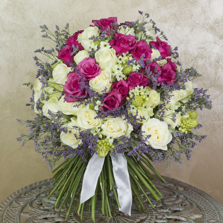 Buchet cu trandafiri, limonium si ornithogalum.  Wonderful bouquet with roses, limonium and ornithogalum.