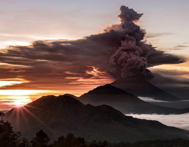 Erupție vulcanică în Bali / Aeroportul din Denpasar a fost închis