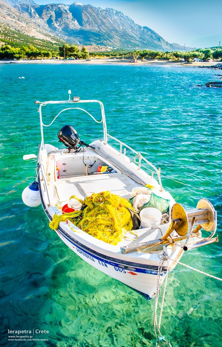 A fish-boat appears to be floating on air over the crystal clear waters of Tholos beach, near the village Kavousi, north of Ierapetra. | Μια βαρκούλα μοιάζει να αιωρείται πάνω από τα κρυστάλλινα νερά της παραλίας Θόλος, κοντά στο Καβούσι, βόρεια της Ιεράπετρας.     (CC-BY-SA 3.0)