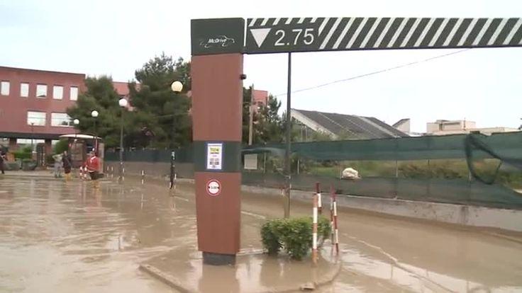 Alluvione del 03/05/2014 a Senigallia; anche una nota catena di fast-food nel mirino della devastazione delle acque fangose.....Siamo su viale Giordano Bruno....[141699.jpg (860×484)]