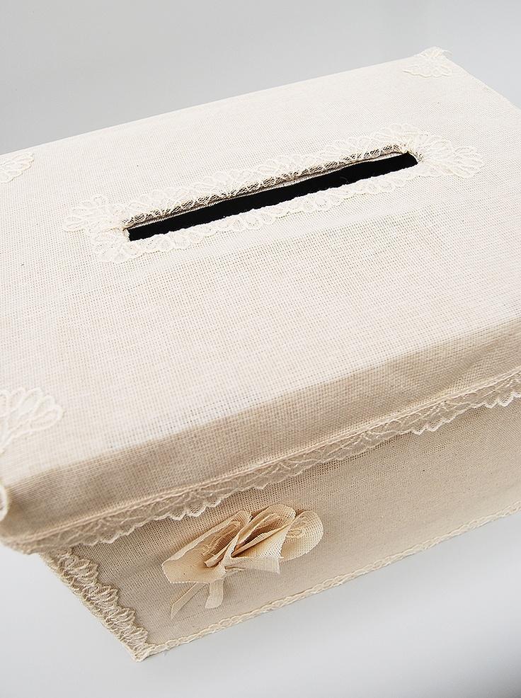 Pentru o nunta cu tematica Rustic Chic, va propunem aceasta cutie de dar pentru plicuri cu decor simplu din etamina crem si accesorizata elegant cu dantela ivoire.    Dimensiuni: 25cm x 40cm x 28cm.