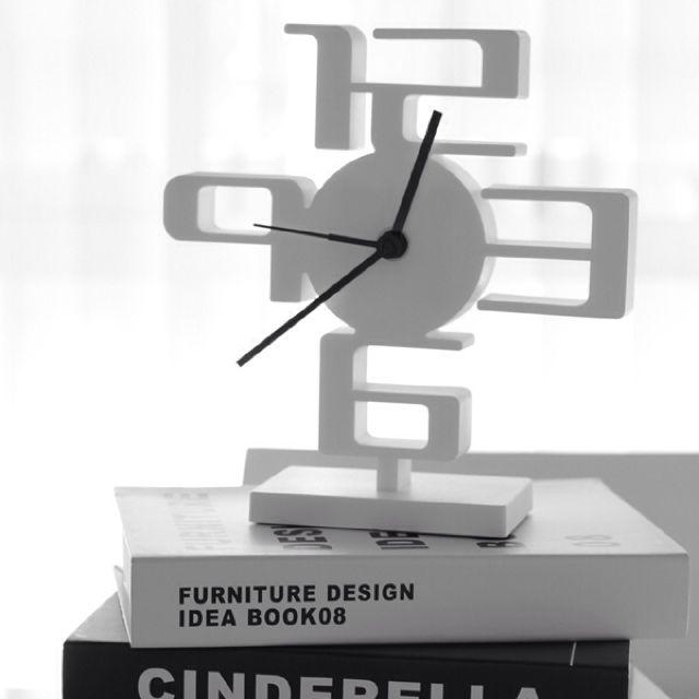 女性で、1LDK、カップル住まいの白黒/モノトーン/雑貨/リビングについてのインテリア実例を紹介。「オブジェにもなる置時計」(この写真は 2013-01-20 19:03:54 に共有されました)