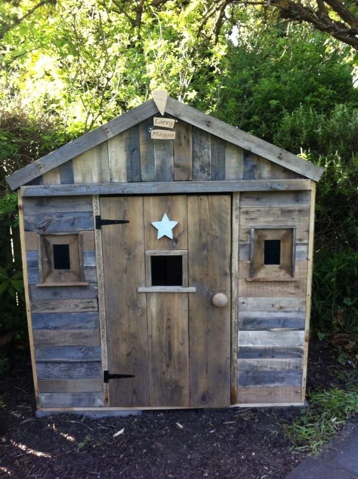 A brilliant playhouse made from recycled pallets - love it! Every child should have one...